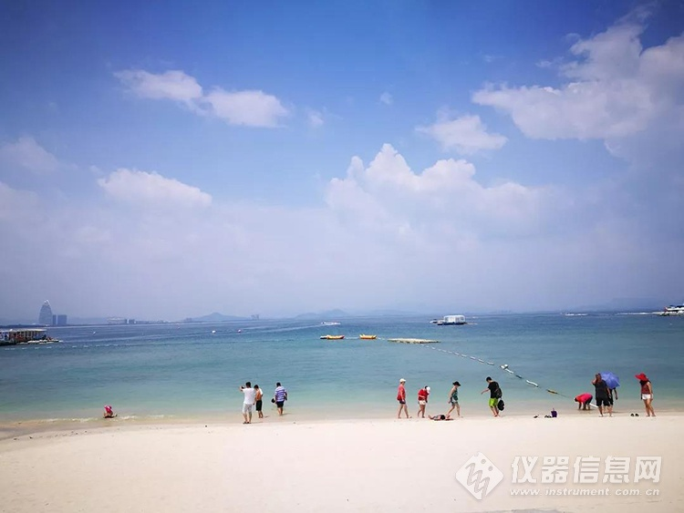 刚上岛映入眼帘的就是碧海蓝天