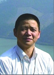 博士,上海交通大学终身教授。2000年于中国科技大学化学系获理学博士学位。2002年至今,于上海交通大学工作。主讲《生物分离工程》、《生物分析化学》和《高等电泳色谱技术》等。现任国家重大科学仪器设备开发专项首席科学家和技术专家委员会副主任、中国生化与分子生物学会蛋白质组学专业委员会常务委员、通用电泳设备国家标准委员会委员、中国化学会有机与生化分析专业委员会委员、第十七届亚太生物分离与生物分析国际会议(APCE2017)主席。曾荣获安徽省骨干教师、上海交通大学优秀教师和优秀科研团队称号荣誉等。应邀为Anal Chim Acta、The Analyst、Anal Bioanal. Chem等撰写综述论文等,几十次在国际会议做邀请报告。先后主持30多项科研项目,包括首批科技部国家重大科学仪器设备开发专项1项、NSFC国家重大科学仪器设备开发专项1项、重点项目1项、面上等课题7项、973重大基础研究子课题1项、863重点支撑项目子课题1项。主编《生化分析技术》和《生物化学 仪器分析基础》。先后在BB, ACS系列,AC, Lab Chip, JCA, ACA和Talanta等发表论文160余篇;申请获得国家发明专利50多项,部分专利技术实现产业化。
