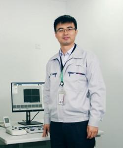"""于2012年加入日立高新技术(上海)国际贸易有限公司 北京分公司(以下简称日立高新技术)电子显微镜部门以来,一直从事电子显微镜的维修技术支持以及应用技术支持等工作,期间曾长期在日立那珂工厂进行电子显微镜技术以及应用进行培训学习。日立高新技术集团的企业理念是""""以成为先端技术领域里提供高科技解决方案的全球第一为目标""""。在这个理念的指引下,将电子装置系统、生命科学系统、信息电子系统、尖端产业材料系统等各个事业部门的""""先端技术""""推向世界的最前线。日立高新技术是一家全球雇员人数超过10,000人,百余处经营网点的跨国公司日立高新技术在中国区域提供半导体制造设备、液晶制造设备、基板安装设备、电子显微镜、医用仪器设备。"""