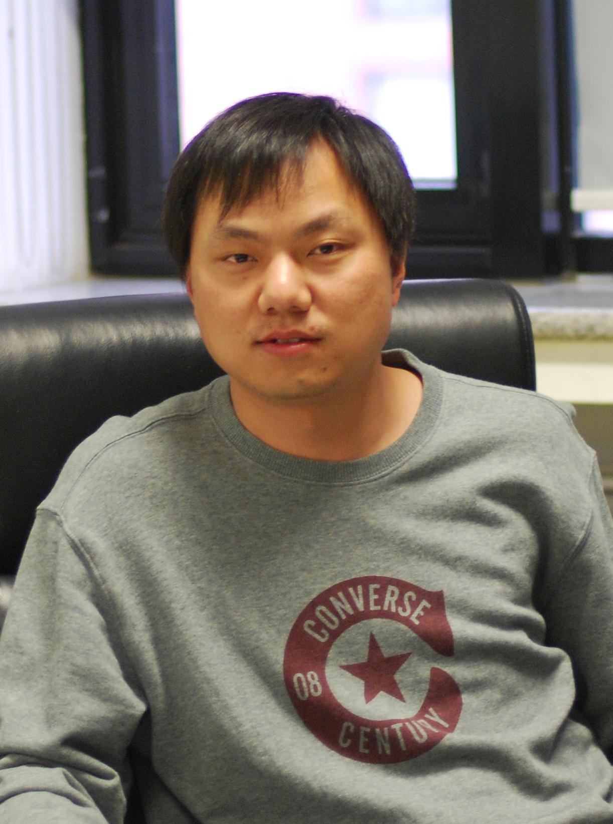 高宁,北京大学生命科学学院教授、副院长、膜生物学国家重点实验室副主任。主要运用冷冻电镜技术研究多种与重大生命过程相关的核酸蛋白质复合物的结构和功能,近年来聚焦于核糖体组装和DNA复制等分子过程。近期工作阐释了核糖体在细胞内组装的分子途径、组装因子的功能及机制、新型核糖体结合因子调控蛋白质合成的多种工作模式。获得了长江学者特聘教授及国家杰出青年科学基金的资助,以及谈家桢生命科学奖、中源协和生命医学创新突破奖、药明康德生命化学奖、茅以升北京青年科技奖等奖励。