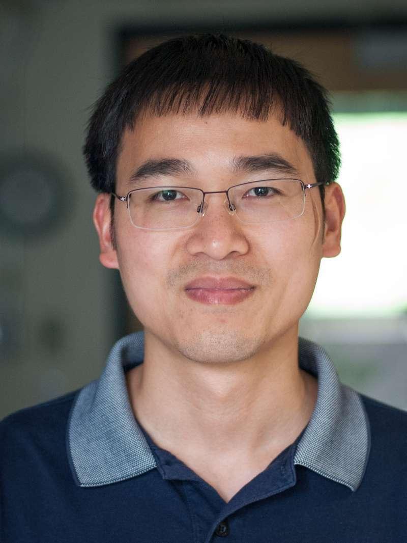 廖茂富,1999年本科毕业于清华大学生物系,2006年获美国纽约爱因斯坦医学院细胞生物系博士学位,之后在爱因斯坦医学院和旧金山加州大学从事博士后工作。2013年解析了TRPV1电镜结构,是单颗粒冷冻电镜技术产生的第一个膜蛋白结构。2014年起任职于哈佛医学院细胞生物学系,主要研究与人类健康和疾病相关的膜蛋白的结构和功能。在一系列科研领域取得了突破性进展,包括ABC transporters, DGAT1, ATP synthase, mitochondrial calcium uniporter,   NKCC1, ERAD complex 和Seipin。六年来以通讯作者发表论文13篇,其中Nature 5篇、Science 2篇和Cell 2篇。