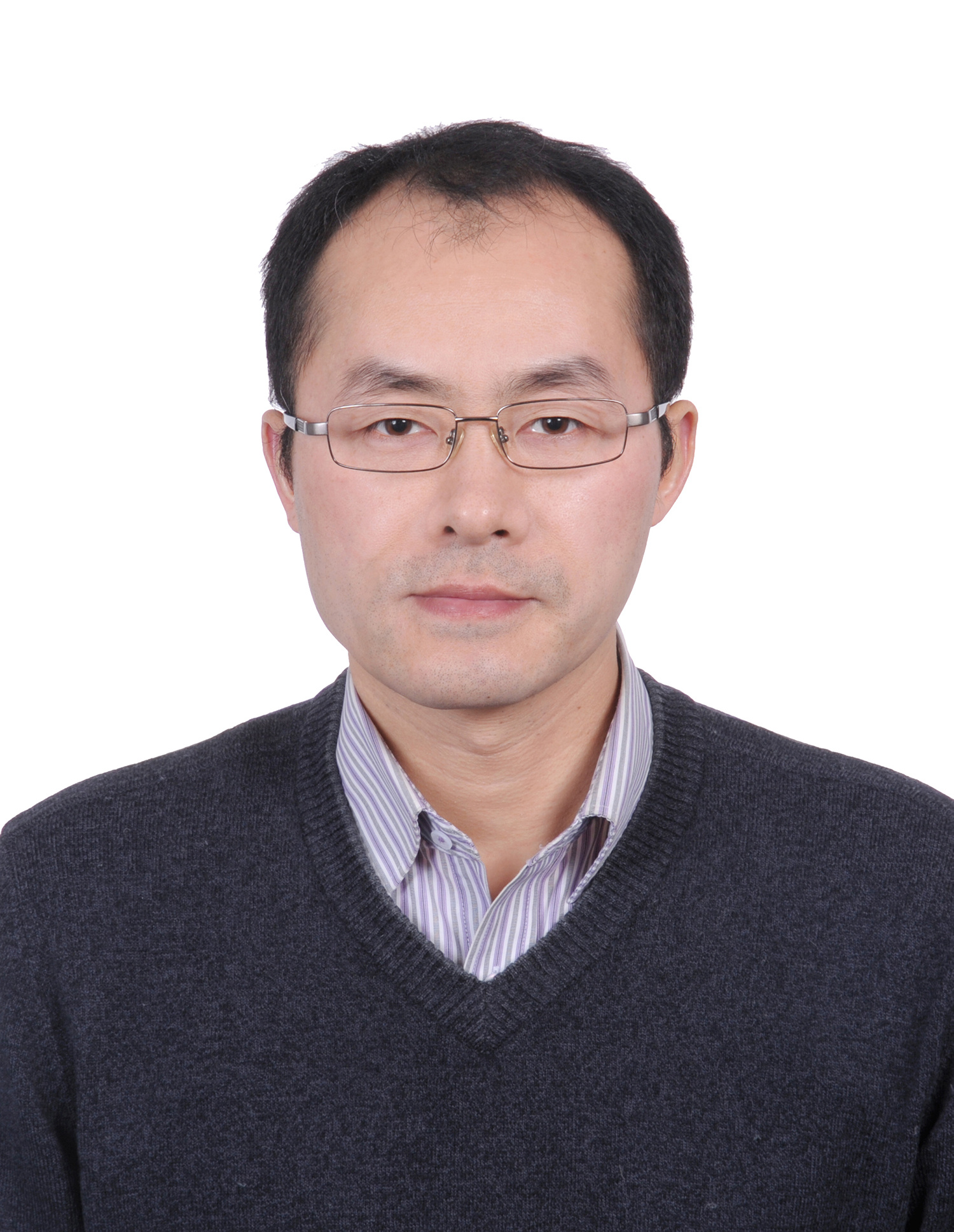 于荣,清华大学材料学院教授,博导,国家杰出青年基金获得者,北京电子显微镜中心主任。1996年获浙江大学学士学位,1999年与2002年分别获中国科学院金属研究所硕士与博士学位。先后在美国劳伦斯伯克利国家实验室、英国剑桥大学从事博士后研究工作。2008年至今任教于清华大学材料学院。主要发展和应用高分辨电子显微学在原子尺度探索材料的微观结构、电子状态及其与宏观性能的相互关联。在Phys. Rev. Lett., JACS, Angew. Chem., Acta Mater.等SCI期刊发表论文100余篇。担任中国晶体学会副理事长,电子显微学专业委员会主任;中国电子显微镜学会常务理事等学术职务,《中国科学-技术科学》、《Science China Materials》等学术期刊编委。