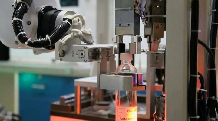 无接触液体取样? 这个实验室机器人镇海炼化上岗