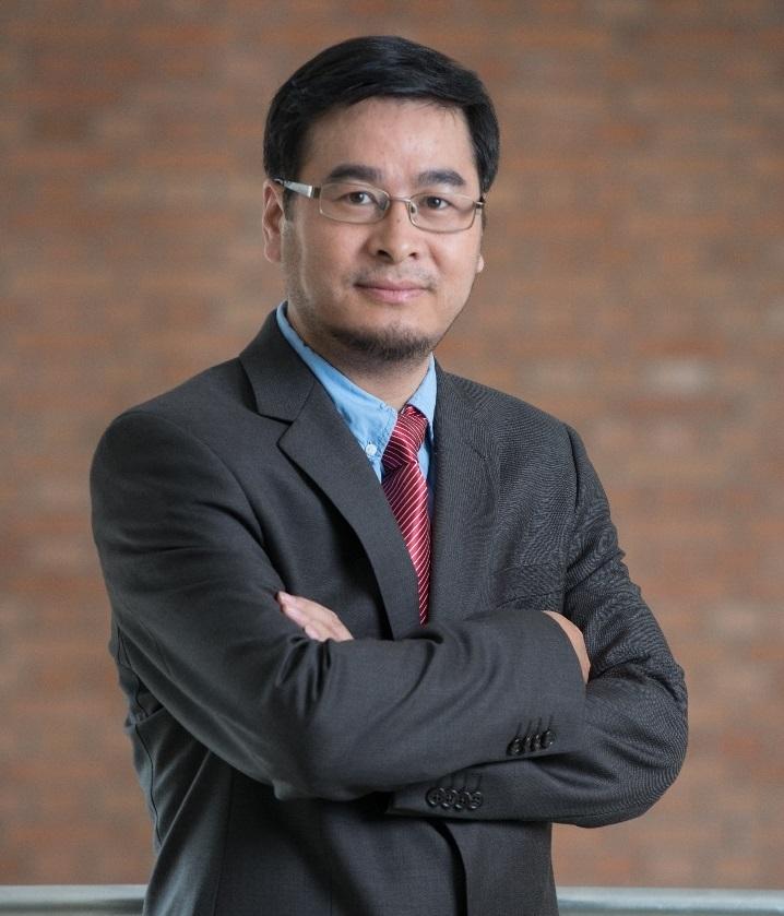 """1995年毕业于北京大学化学与分子工程学院,1998-2004年期间在威斯康星大学密尔沃基分校(University of Wisconsin-Milwaukee)获得有机化学博士学位;2005-2008年期间随世界著名化学家 John F. Hartwig先后在耶鲁大学以及伊利诺伊大学香槟分校从事博士后研究;2009年至2012年在诺华功能基因组研究院(GNF)以高级研究员(PI)的身份开展药学研究。2012年9月正式加入清华大学药学系,任教授、博士导师。廖学斌博士于2012年入选第7批""""千人计划(青年项目)"""",2013-2015年获得了""""Tsinghua-Janssen Investigator""""awards,2018年获""""Roche Chinese Young Investigator Award""""。"""
