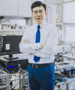 """中国科学院大连化学物理研究所研究员/博士生导师,入选中国科学院""""百人计划""""。针对国家安全、生态环境和生命健康对快速测量技术的需求,以质谱和离子迁移谱为核心技术,发展用于在线、现场、原位快速分析的新方法,为用户提供成套仪器和系统解决方案。近年来先后承担和完成重大仪器专项、863项目、重点研发计划等数十项国家级仪器研制项目;在国际分析化学领域的顶尖期刊《Analytical Chemistry》上发表论文20余篇;累计申请专利300多项,其中获得美国专利授权2项,中国发明授权专利100余项;20余项专利和软件实现了专利转让和实施许可。"""