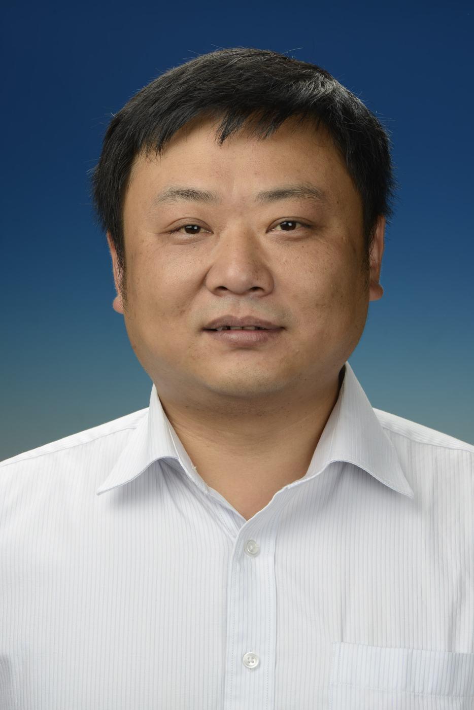 河南博物院文物局金属文物保护重点科研基地副主任。1995年毕业于河南大学文博专业,1996年至1998年参加中意合作文物保护修复技术班、2004年参加中意合作文物保护技术研修班。一直在河南博物院从事文物保护、修复工作。现在河南博物院文物保护技术中心任河南省文物局金属文物保护重点研究基地副主任。主要从事金属文物保护、可移动文物、文物保护修复实验室科学管理和彩画保护修复等方面的研究工作。主持和参与国家、省级课题、标准、项目20余项,发表《几件青铜器的科学分析和修复》等学术论文20余篇。