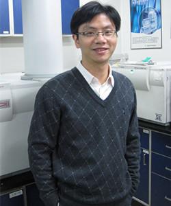 清华大学化学系长聘副教授,特聘研究员,博士生导师。2000、2005年在清华大学化学系分别获学士和博士学位。研究方向为微流控与质谱及其在生物医药分析中的应用。曾入选教育部新世纪人才、北京高校青年英才计划,主持国家自然科学基金项目、国家重大科技专项及国家973计划课题。发表SCI论文120余篇,他引3000余次,曾合作获得国家科技进步二等奖3项。兼任北京理化分析测试技术学会青委会主任委员,中国分析测试协会青委会副主任委员,中国医药生物技术协会药物分析技术分会秘书长。