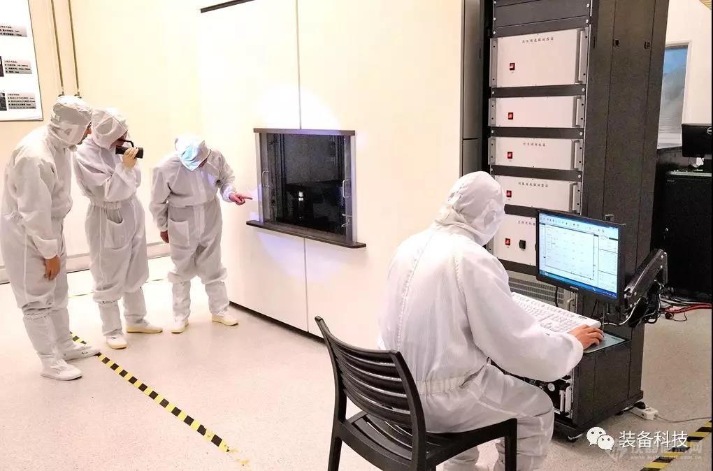中科院光電所科研人員操作超分辨光刻設備2.jpg
