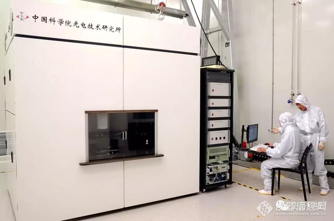 中科院光电所科研人员操作超分辨光刻设备.jpg