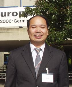 博士,1979-1983年就读于广州中山大学物理系,获理学学士;1983-1986年就读于清华大学,获工学硕士;2004-2005年在日本东北大学,获博士学位。1986年6月-1991年4月留校任职于清华大学无线电电子学系,任助教、助理研究员。1991年6月-2005年12月赴日本ULVAC-PHI 株式会社表面分析室工作,历任俄歇电子能谱(AES)、X射线光电子能谱(XPS)、二次离子质谱(SIMS)分析实验室主事(专家)。2006年1月至今被人才引进至清华大学分析中心,任高级工程师。目前主要利用AES、XPS、SIMS等表面分析技术从事固体材料表面分析、结构表征等研究。已发表学术论文四十多篇。