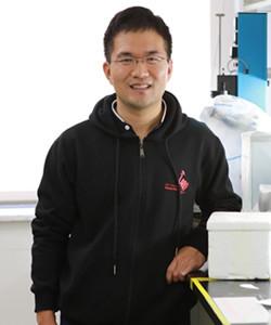 以冷冻电子显微学作为主要手段,结合其它生物物理学手段,系统研究胞内运输中重要蛋白质的结构与功能以及病毒与宿主的互作。至今为止在国际众多著名期刊上发表高质量论文13篇,包含2篇Science,1篇Cell,1篇NSMB,1篇PNAS,2篇JCB,1篇eLife。获得第13批中组部青年千人计划和上海市浦江人才计划资助。目前担任中国生物物理学会监事,生物物理学学会冷冻电镜分会理事和膜生物学分会理事。