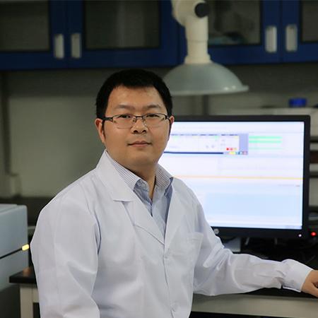 博士,副研究员,硕士生导师,任职于广东药科大学。广州市珠江科技新星;2019年入选中国青年化学家元素周期表(IYPT2019)。长期从事中草药大健康产品的研发、分析与质量标准研究,过程分析技术在药品生产过程中的应用研究等。现已发表学术论文70余篇,申请发明专利12项(授权3项),参编书刊3部;主持国家自然科学基金青年项目等纵横向项目20余项;应邀在国内外学术会议做口头报告20余次。获广东省科学技术奖一等奖和中国中西医结合学会科技进步一等奖各1项。兼任中国中药协会中药产品开发与培育专业委员会副主任委员、中国医药生物技术协会药物分析技术分会委员会委员/青年委员会秘书长、世界中医药学会联合会中药上市后再评价专业委员会理事、中国仪器仪表学会近红外光谱分会理事/药物质量分析与过程控制分会理事、中国中药协会中药注射剂安全有效性研究与评价专业委员会物质基础学科协作组委员等。
