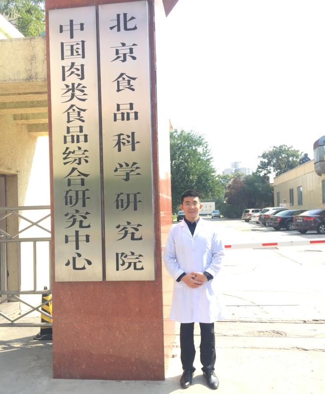 """高级工程师,2013年北京工商大学食品科学专业硕士研究生毕业,至今一直在中国肉类食品综合研究中心工作,主要从事肉及肉制品的真伪判定技术相关研究。累计参与国家重点研发计划""""主要食品全产业链品质质量控制关键技术开发研究""""、""""食品内源性身份特征甄别技术研究"""",国家自然科学基金""""基于RT-PCR动物源性食品掺假量化判定技术及其相关理论研究""""等国家和省部级项目10余项;发表科技论文16篇,其中SCI/EI收录6篇;申请发明专利8项,其中3项已获得授权;荣获中国食品工业协会科学技术奖2项,中国商业联合会科学技术奖3项。"""