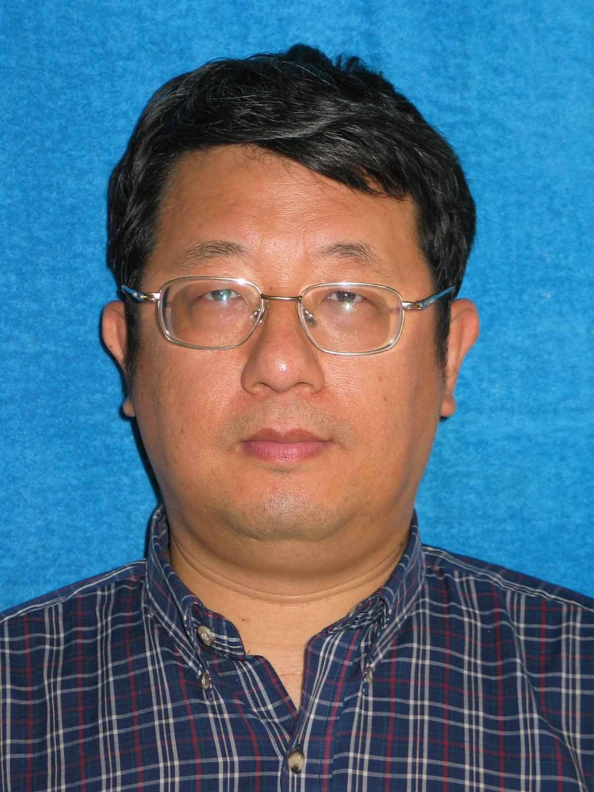 1958 年出生于台湾高雄, 台湾大学化学系毕业, 美国 Clemson 大学化学硕士、Kentucky 大学化学博士、SUNY Buffalo 化学博士后。1996 年到北京大学化学学院任教并且负责多台核磁共振谱仪。在北大主讲的课程有《立体化学》、《有机化学实验》、《有机合成化学》、《化学信息学》、《核磁共振在化学中的应用》等课程; 负责管理的核磁共振谱仪包括美国 Varian、德国Bruker、日本电子JEOL、国产中科波谱牛津Wnmr等各种型号。在国内首倡与推动核磁共振谱仪开放给老师学生自行上机操作的风气, 创办国内氘代试剂生产公司引导试剂价格的大幅降低。目前是国内两大核磁共振论坛 (仪器信息网, 中国核磁共振论坛) 的资深版主。担任北京波谱学会副会长、中国仪器仪表学会分析仪器学会理事、中国分析测试协会仪器评议波谱专家组组长等职务,在核磁共振界具有一定的声誉与贡献。