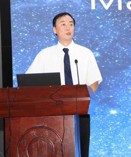 """清华大学学士,中国科技大学硕士,美国耶鲁大学博士。现任宁波大学质谱技术与应用研究院院长、材料科学与化工学院院长,教授。 主要在研究领域为质谱学理论以及技术应用,包括:新型生物质谱离子源的开发与应用、新型离子光学系统""""离子漏斗""""的技术应用、新型离子迁移技术的研究和应用,以及新型质谱在系统生物学、蛋白质性质、相互作用等方向上应用.在研究中取得了重要的成果?;竦酶髦止士萍即蠼惫?9项。拥有重大应用价值的美国专利30项,专利技术转让所产生的直接或间接经济效益超过100亿美元。发表学术论文100余篇,他引5000多次,H 因子为45。在美囯质谱年会和美囯化学年会等国际学术会议做大会报告40余次。"""