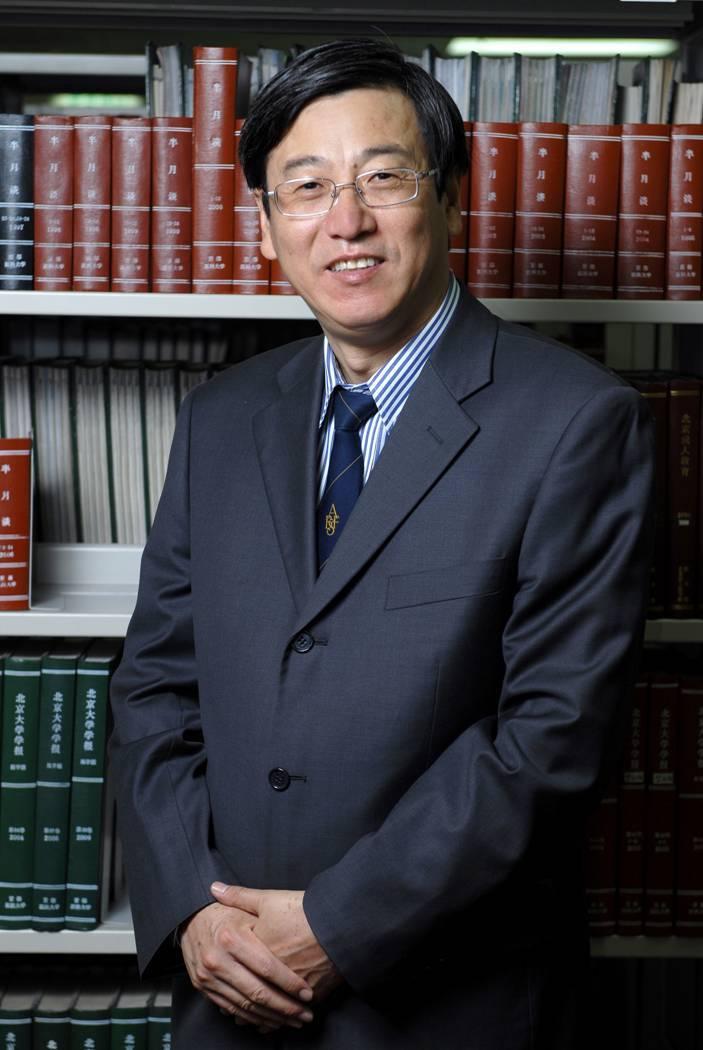 教授,埃迪斯科文大学副校长,全球华人医师学会副会长;英国皇家医学院院士,世界卫生组织(WHO)公共卫生基因组学专家委员会委员,国际经济合作组织(OECD)公共健康基因组专家指导委员会委员;目前承担澳大利亚国家卫生与医学基金会(NHMRC)-中国国家自然科学基金(NFSC)联合资助项目、欧盟框架7项目、欧盟地平线H2020项目。学刊主编, 编委: TMSR (Keai-Elsevier); J Hum Hypertension (Nature); EPMA J (Springer); PLoS ONE (PLOS) and OMICS: A Journal of Integrative Biology (Mary Ann Liebert, Inc)。代表论文发表在Science、Nature Genetics, Lancet, NEJM, JAMA, PLoS Med and PloS Genet杂志。