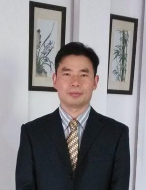 何德富,男,博士,副教授,研究室主任。1993年毕业于湖南师范大学生物系。1993年-1998年在南华大学从事教研工作。1998年-2003年在华东师范大学攻读硕士及博士研究生。2003年至今工作于华东师范大学生态与环境科学学院,主要从事微塑料等新型污染物、环境化学污染与毒理学方面研究。现课题组关注的重点在微塑料污染及其生态环境风险、固体废弃物及土壤污染治理等方面。2006年5月年到2007年9月在新加坡从事合作研究。主持或参与国家重点科技专项及重点研发项目等多项科研项目,近年来在国内外共发表论文40余篇。