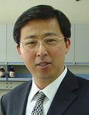 中国仪器仪表学会分析仪器分会理事长,中国科学院大连化学物理研究所首席研究员。1982年毕业于中国科学技术大学近代化学系,1986年在中国科学院大连化学物理研究所获博士学位,导师卢佩章院士和唐学渊研究员。1986.10  ~ 1989.02先后在意大利和荷兰完成博士后,同年2月回到中科院大连化学物理研究所,1989.08晋升副研究员,1993.05  晋升研究员,同年9月获国务院政府津贴。1995年获科学院自然科学二等奖,1999年获杰出青年基金,2008获辽宁省技术发明二等奖和国土资源部科学技术二等奖各1项,大连市技术发明一等奖,2009年获中国仪器仪表会科技创新奖。现为中国科学技术大学兼职教授,兼职博士生导师,中国分析仪器学会副理事长,中国色谱学会常务理事,中国农工民主党中央委员。